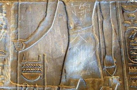 埃及文物刻字背后:网络舆论声讨照出的