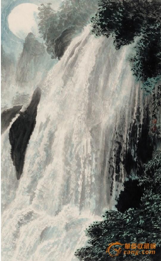 杨长槐 月银图 9060cm 华夏收藏网讯 我认识长槐先生是在上世纪90年代初,在贵阳花溪开一个全国的当代美术理论研讨会上,会后去了黄果树瀑布和附近的龙宫、天星桥等地观瀑。那些瀑布和激湍奔腾的山涧激流,是我平生看到的最奇美雄肆的水景。这奇丽的水景构成我难忘的贵州印象。一晃近20年。当我再看到长槐先生今天一大批作品时,我的贵州印象又被重新掀起,尤其是作为长槐先生作品主体的那些奔腾咆哮的贵州水景,一种亲切的感动之情油然而起。的确,长槐先生山水画一个最大的特征就是亲切。这是我们在今天中国山水画界很难找到的一个