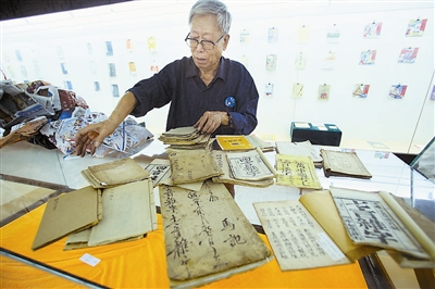 耄耋翁廿载藏古籍八千余册