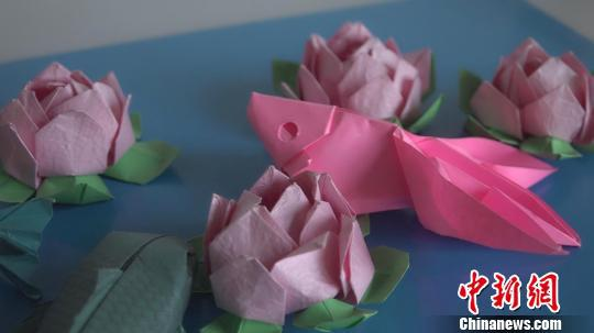 非遗折纸艺人创2000余种造型 为传承执教小学生