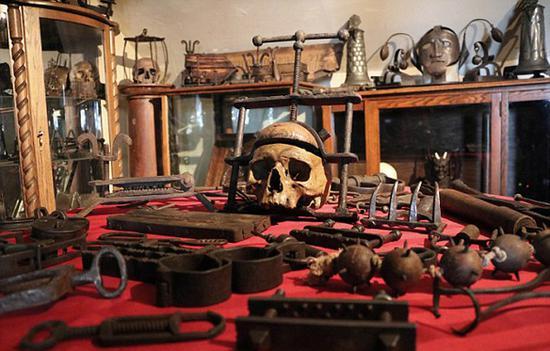 加拿大历史学家收藏200余件古刑具并亲身体验