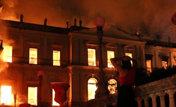 巴西国博火势难控:藏品恐都已被烧毁 建筑有倒塌危险