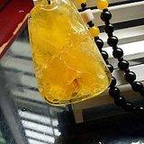 俄料鸡油黄蜜蜡挂坠,雕刻 连年有余 题材纹饰
