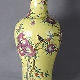 黄地花果纹赏瓶