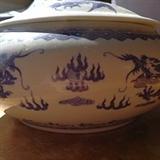 乾隆年制青花瓷碗 缸 ,盖带三鲤鱼,碗身缠二龙抢珠